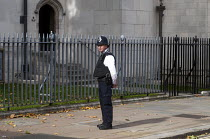 02-10-2017 - A lone police officer on duty in Westminster, London © Stefano Cagnoni