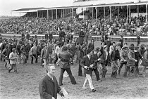 03-05-1975 - Stable lads strike for a living wage, Newmarket races 1975 pickets halt the races, disrupting the event by marching round the racecourse © Martin Mayer