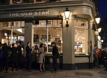 18-04-2018 - Workers enjoying a drink after work on a warm early Spring evening at The Old Star pub Westminster London © Stefano Cagnoni