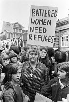 06-10-1977 - Mrs Erin Pizzey 1971, founder of the Chiswick Womens refuge outside Acton Court with supporters, London © NLA