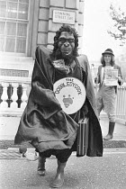 12-11-1979 - Chrissie Maher as The Gobbledygook Monster delivering Plain English magazine to Downing Street, 1979, Campaign for Plain English rather than incomprehensible language, jargon and misleading public inf... © Peter Arkell