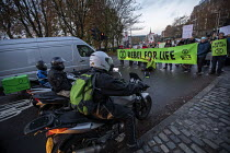 21-11-2018 - Extinction Rebellion Swarming protest against lack of Government action on climate change. Nonviolent direct action simultaneous blocking roads, Tower Bridge, London © Jess Hurd