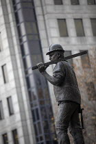 11-21-2018 - Building Worker statue by sculptor Alan Wilson, Tower Hill, London. The UCATT bronze statue is in memory the lives of workers killed on building sites © Jess Hurd