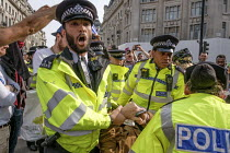18-04-2019 - Police arresting Extinction Rebellion climate change campaigners, occupation of Oxford Circus, London © Philip Wolmuth