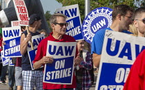 25-09-2019 - Detroit, Michigan, USA: Former UAW President Bob King (red shirt) and Striking General Motors workers picketing the Detroit-Hamtramck Assembly Plant. The Detroit-Hamtramck plant is one of those that G... © Jim West