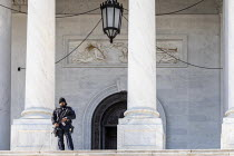 29-11-2019 - Washington DC, USA. Armed policeman guarding the US Capitol Building © Jim West