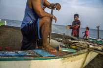 19-09-2019 - Camiguin, Philippines, Fishermen sorting their catch and mending nets © David Bacon