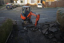 20-01-2020 - Workers laying a new block driveway, Stratford upon Avon, Warwickshire © John Harris