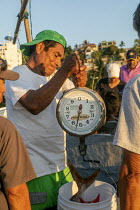 04-02-2020 - Puerto Escondido beach, Oaxaca, Mexico, customers arriving at dawn to buy fresly caught fish from the crews of small fishing boats © Jim West