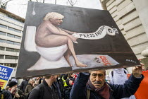 22-02-2020 - Satirical artist Kaya Mar and painting, March for Julian Assange against his extradition to America, London © Jess Hurd