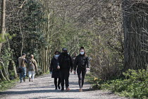 26-03-2020 - Coronavirus pandemic, Walkers social distancing whilst exercising, Thames footpath, London © Duncan Phillips