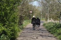 05-04-2020 - Coronavirus pandemic, Elderly Couple enjoying the sunshine in the Park, Barnes, London © Duncan Phillips