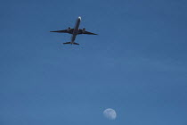 04-04-2020 - Coronavirus pandemic, Airplane approaching Heathrow Airport. Heathrow to close half its terminals as it switches to single runway operation © Duncan Phillips