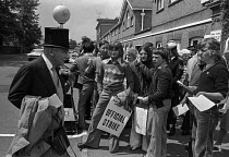 16-06-1975 - Royal Ascot races 1975 striking stable lads from Newmarket handing out leaflets to racegoers arriving in top hats and morning dress. Ascot racecourse, Berkshire © Martin Mayer