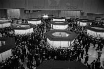 16-01-1974 - Trading floor of the new Stock Exchange 1974 City of London © Peter Arkell