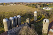 28-10-2020 - Michigan, USA, Disused old grain silos on a farm © Jim West