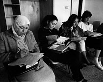 29-03-1984 - Palestinian students, Birzeit University, West Bank, 1984. Women students studying © Melanie Friend