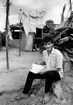 27-10-1991 - Gaza Strip, 1991. Palestinian student studying outside his home, Beach refugee camp, Palestine © Melanie Friend