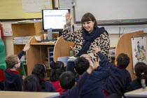 27-11-2020 - Teacher and pupils in class, Lansbury Lawrence Primary School during Covid pandemic lockdown, Poplar, East London. © Jess Hurd