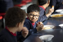 27-11-2020 - Lunch in a class bubble, Lansbury Lawrence Primary School during Covid pandemic lockdown, Poplar, East London. © Jess Hurd