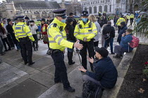 19-12-2020 - Anti-vaccine, anti-lockdown protest London. Demonstration against mandatory vaccines and Government Covid restrictions. Police officers arguing with a protestor © Jess Hurd