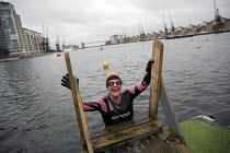 13-12-2020 - Amy Jowett first under 10 degrees swim at the Royal Docks, London. Swimming in the Dockside open water swimming area, East London © Jess Hurd