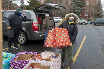 19-12-2020 - Detroit, USA Muslims and Christians delivering food aid- Michigan Muslim Community Council and St. Hedwig Catholic Church delivering food boxes and Christmas packages to families in need. Volunteers p... © Jim West