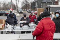 19-12-2020 - Detroit, USA Volunteers delivering food to people in need, in the week before Christmas, Roosevelt Park. Most of them homeless © Jim West