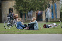 06-03-2021 - Women drinking wine in the Park during lockdown, Stratford upon Avon, Warwickshire. Sharing a bottle after a bike ride © John Harris